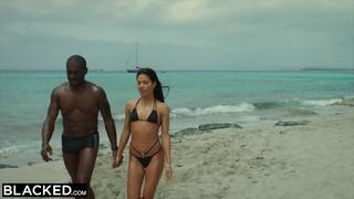 Zatemnění Sexy španělský model háky s velkým černým kohoutem na jarní prázdniny v Ibize