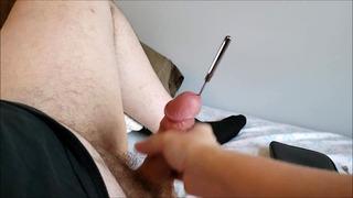 Sounding Jerk Off verursacht Double Cum Shot, nachdem ein zu großer Sound hängen geblieben ist